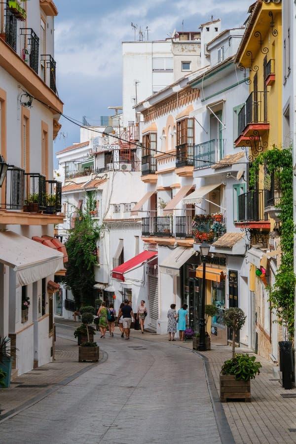 MARBELLA, ANDALUCIA/SPAIN - 6 DE JULIO: Escena de la calle en el SP de Marbella foto de archivo libre de regalías