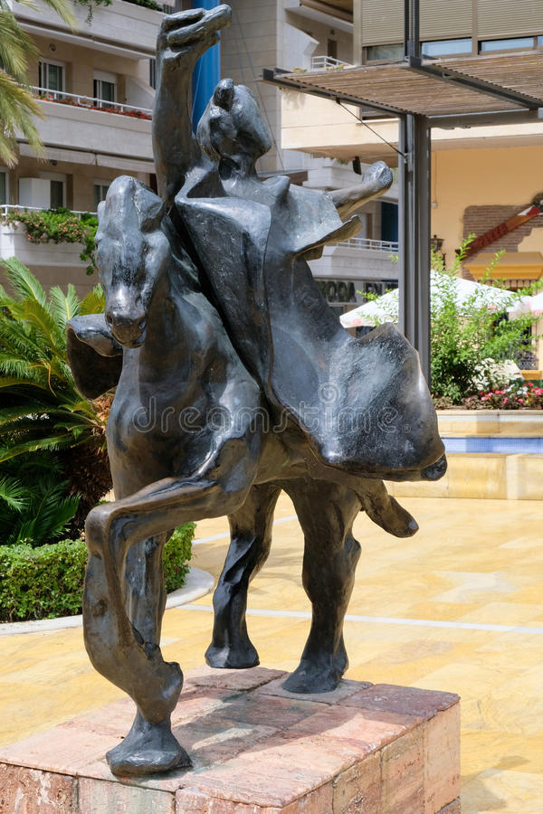 MARBELLA, ANDALUCIA/SPAIN - 6 DE JULIO: Trajano que monta un Stat del caballo foto de archivo