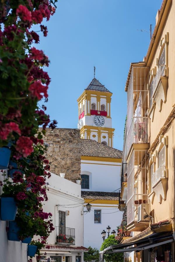 MARBELLA, ANDALUCIA/SPAIN - 23 DE MAYO: De la visión calles secundarias abajo a t imagen de archivo libre de regalías