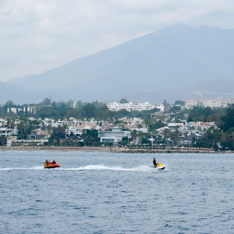 MARBELLA ANDALUCIA/SPAIN - JULI 6: Folk som tycker om watersports royaltyfria bilder