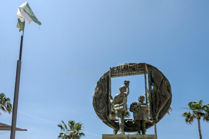MARBELLA, ANDALUCIA/SPAIN - 23. MAI: Jungen- und Fensterskulptur b lizenzfreie stockbilder