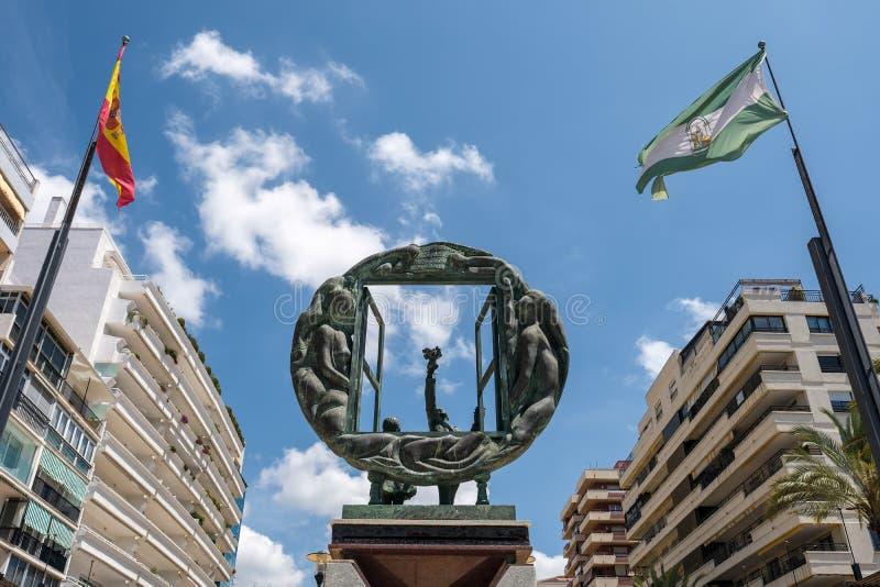 MARBELLA, ANDALUCIA/SPAIN - 23. MAI: Jungen- und Fensterskulptur b stockfotos