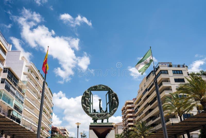 MARBELLA, ANDALUCIA/SPAIN - 23. MAI: Jungen- und Fensterskulptur b lizenzfreie stockfotos
