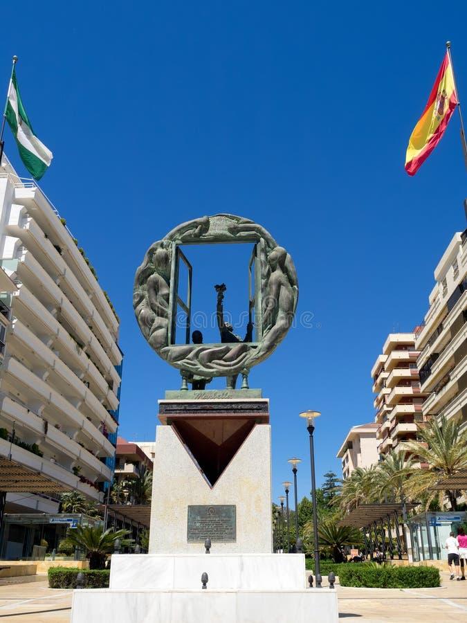 MARBELLA, ANDALUCIA/SPAIN - 4. MAI: Jungen- und Fensterskulptur vorbei lizenzfreie stockfotos