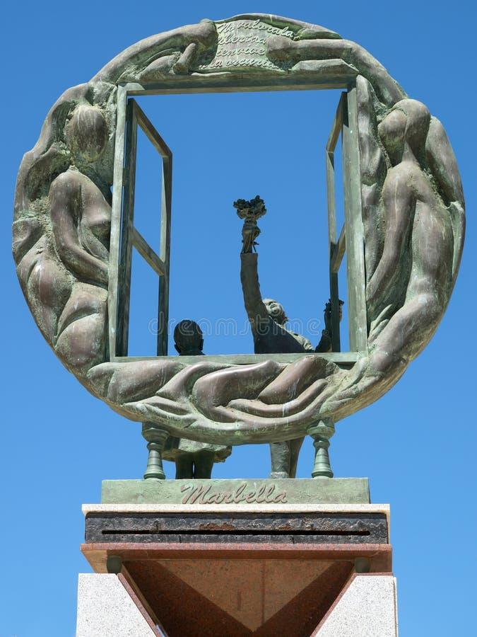 MARBELLA, ANDALUCIA/SPAIN - 4. MAI: Jungen- und Fensterskulptur vorbei stockfoto