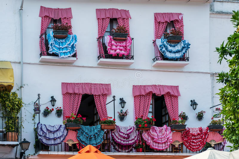 MARBELLA, ANDALUCIA/SPAIN - 23 MAI : Robes traditionnelles d'Espagnol image stock