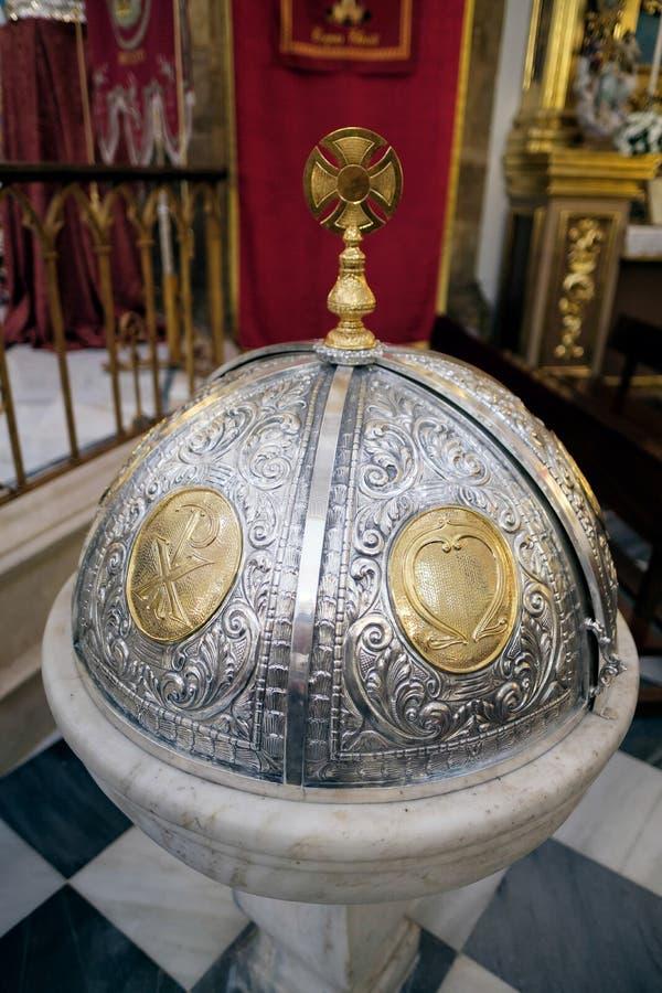 MARBELLA, ANDALUCIA/SPAIN - MAJ 23: Dekoracyjna chrzcielnicy pokrywa w th obraz royalty free