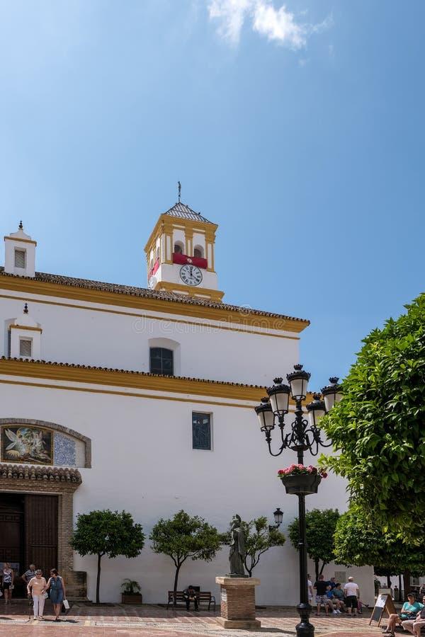 MARBELLA ANDALUCIA/SPAIN - MAJ 23: Fasad av kyrkan av arkivbilder