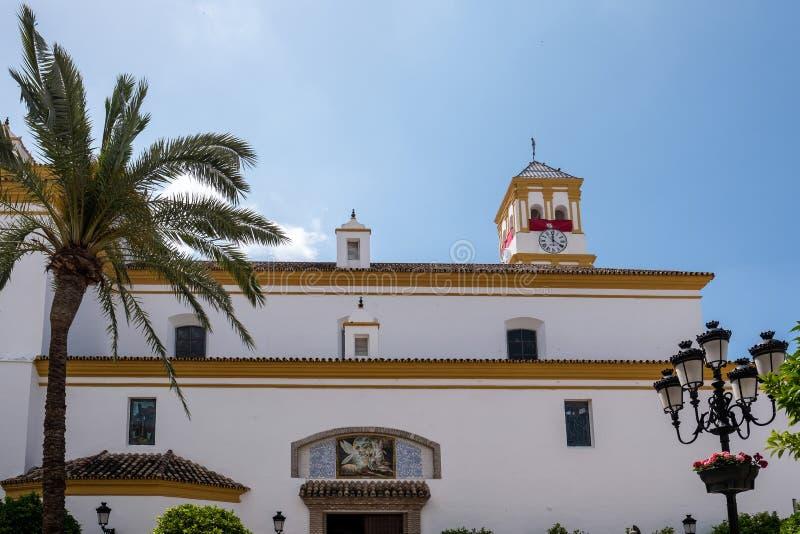 MARBELLA ANDALUCIA/SPAIN - MAJ 23: Fasad av kyrkan av royaltyfria foton