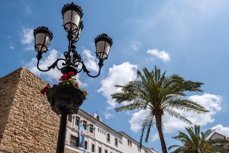 MARBELLA ANDALUCIA/SPAIN - MAJ 23: Utsmyckad gatalampa i nollan royaltyfria foton
