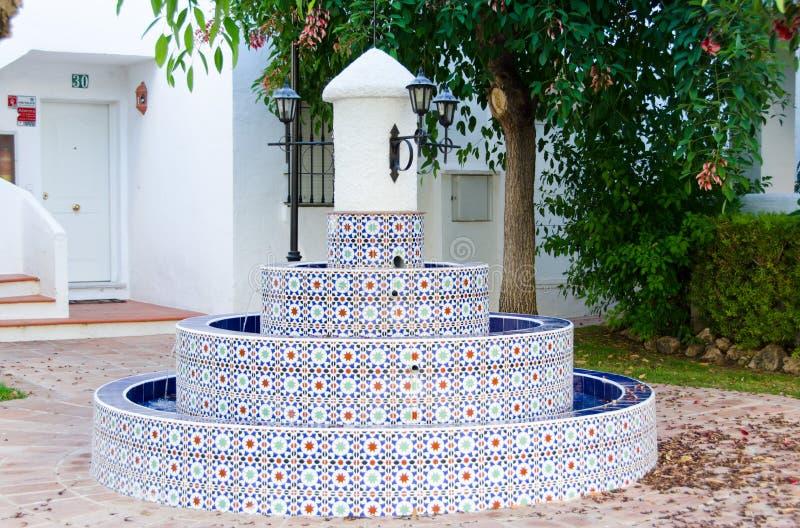 Marbella, $ce-andalusisch stijlfontein, op Juli 2015, Zuidelijk Spanje stock foto