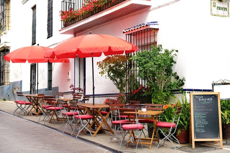 Marbella, Espanha - 19 de março de 2019: Café da rua com placa do menu dos tapas na cidade velha foto de stock royalty free