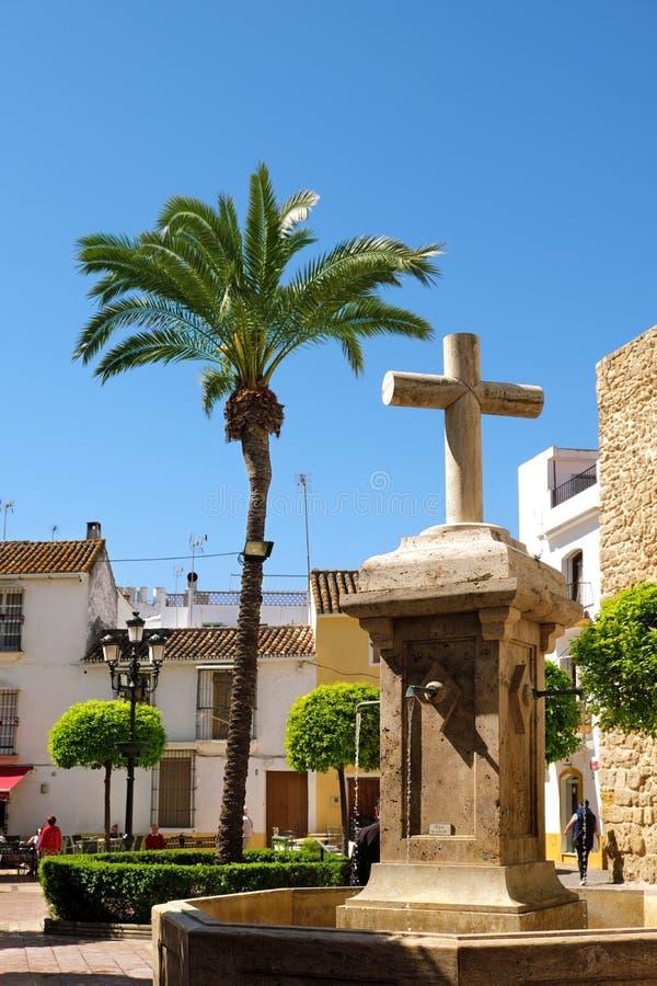 Marbella, Espanha - 13 de março de 2019: Fonte e Palmtree 'do quadrado de Plaza de la Iglesia 'no centro de cidade velho imagem de stock royalty free
