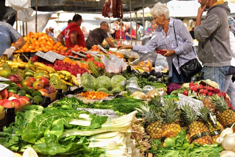 Marbella, Spanien - 18. März 2019: Neuer Obst- und Gemüse lokaler Markt in Süd-Spanien lizenzfreie stockbilder