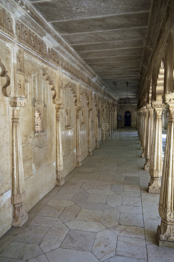 Marble Corridor. White marble colonnaded corridor around a courtyard at the Lake Palace, Udaipur, Rajasthan, India stock images