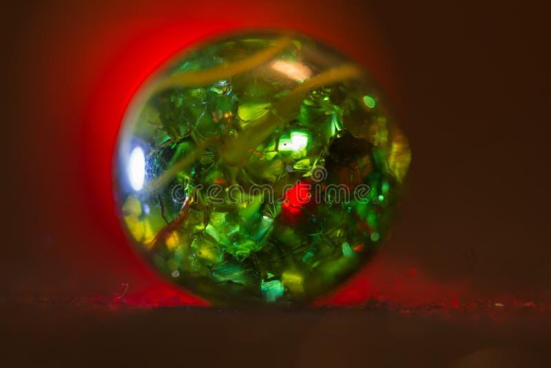 Marbre allumé par rouge 20 en verre vert photographie stock libre de droits