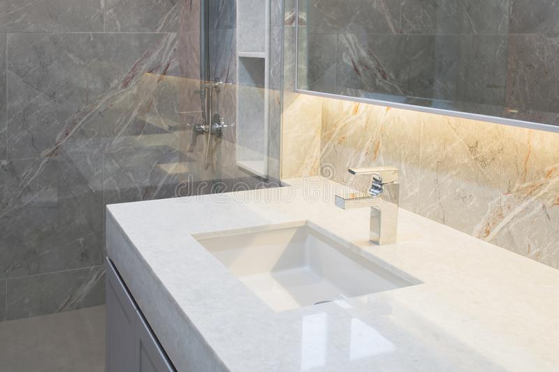 Marbre blanc de plan de travail avec le lavabo Beige de mur et de plancher, conception intérieure en pierre de marbre grise des t image libre de droits