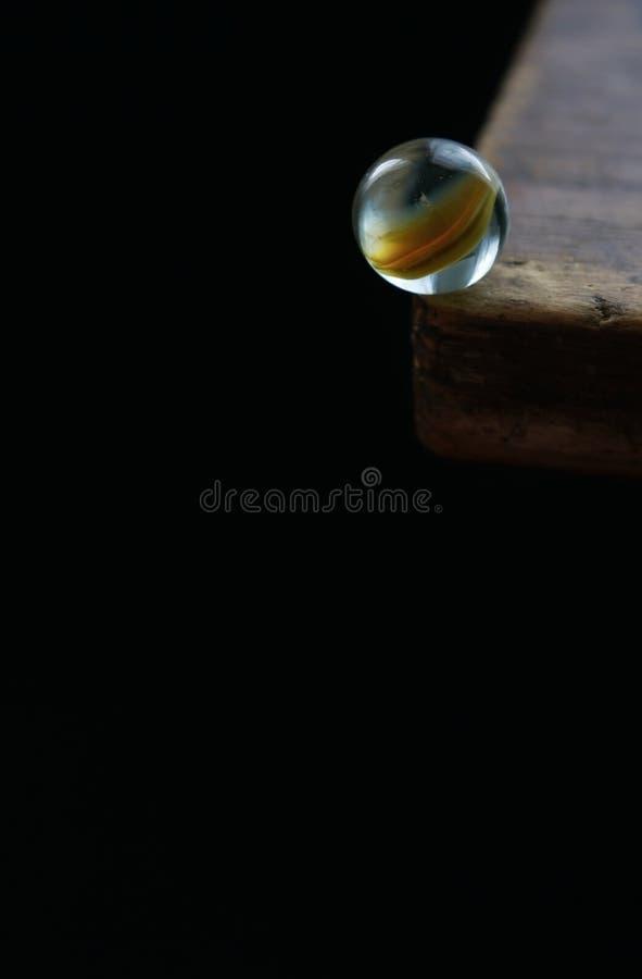 Marbre en verre au bord de la table illustration libre de droits