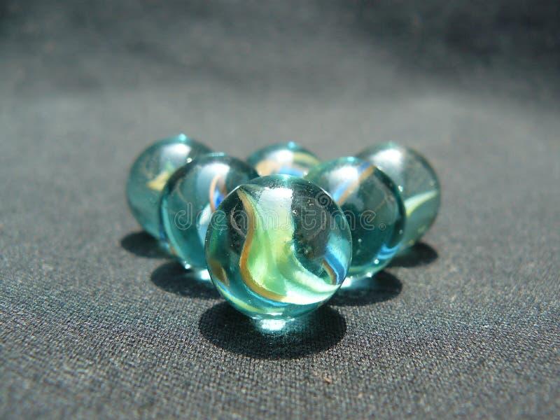 5 marbres en verre image stock