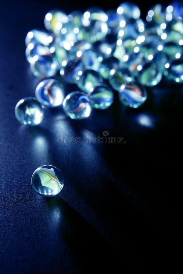 Marbres en verre avec des réflexions bleues photographie stock