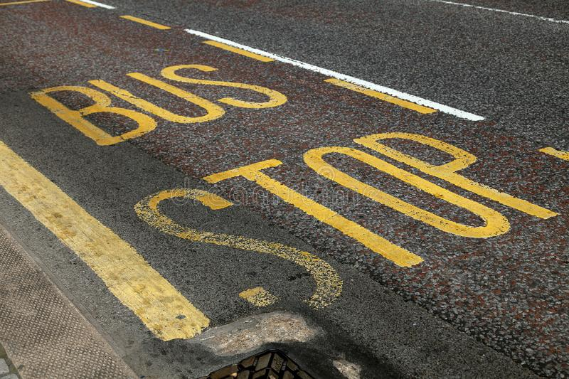 Marcação da pista da parada do ônibus imagem de stock
