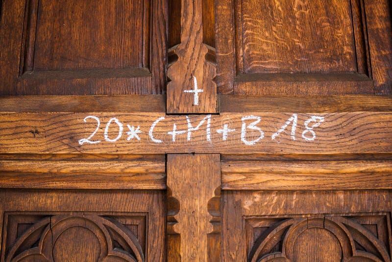 Marcação do giz da bênção da casa do dia do esmagamento na porta Tradição religiosa cristã fotografia de stock royalty free