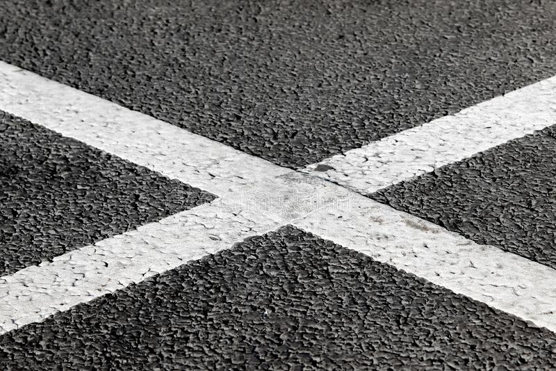 Marcação transversal branca da forma na estrada asfaltada imagens de stock royalty free