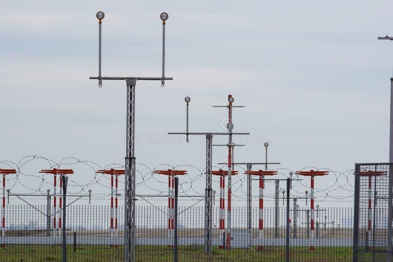Marcações direcionais do sinal da luz de aterrissagem no alcatrão da pista de decolagem em um aeroporto comercial imagens de stock royalty free