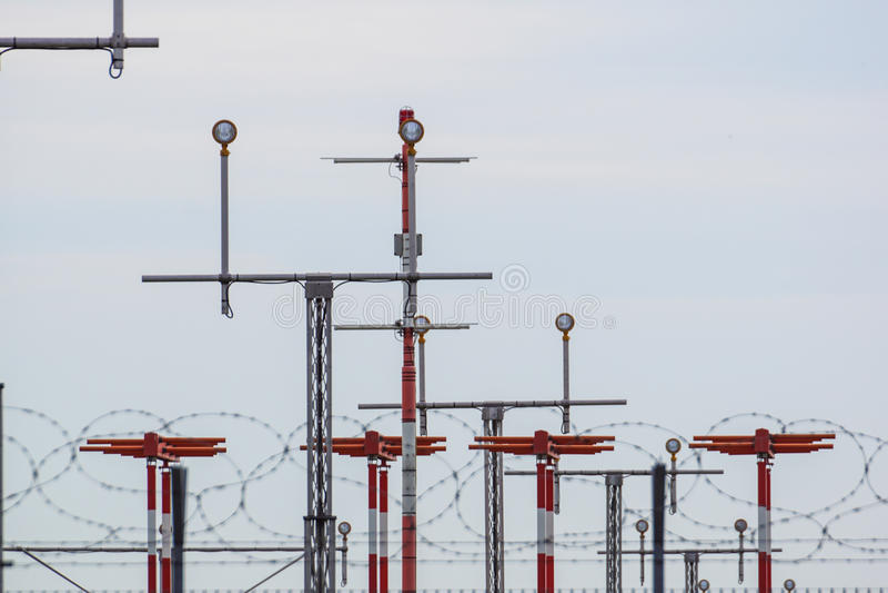 Marcações direcionais do sinal da luz de aterrissagem no alcatrão da pista de decolagem em um aeroporto comercial fotos de stock