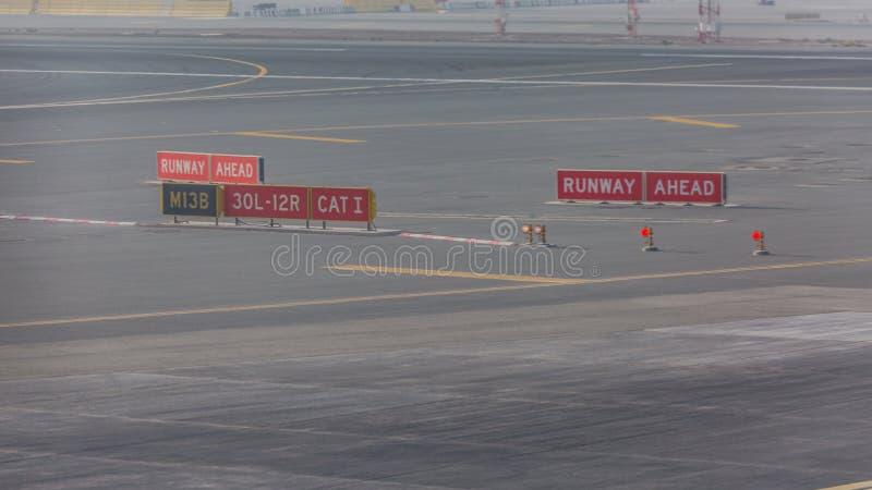 Marcações do sinal no taxiway para o sentido no aeroporto foto de stock royalty free