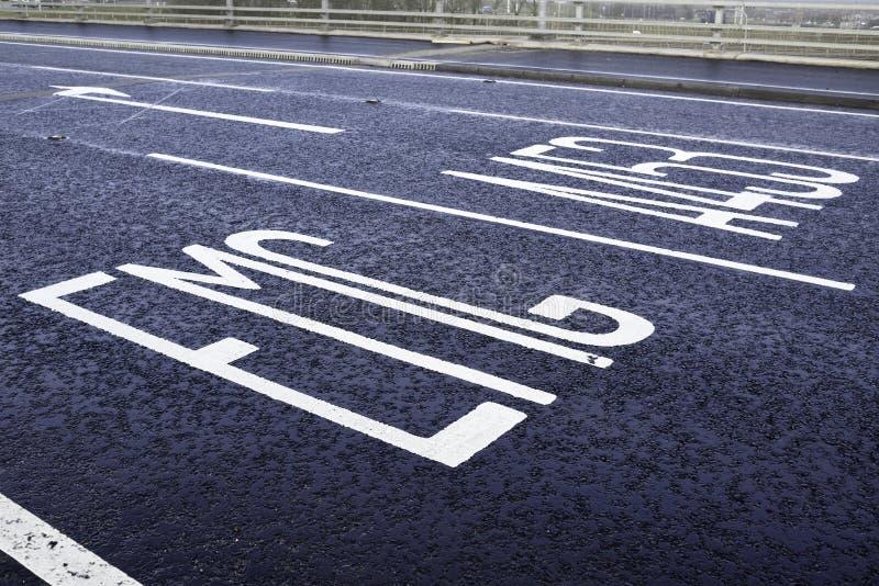 Marcações pinceladas na superfície asfaltada imagem de stock royalty free