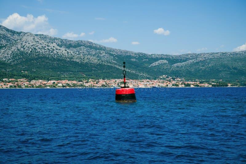 Marca aislada del peligro en el canal de Mljet El navegar, navegando, shippi imagen de archivo