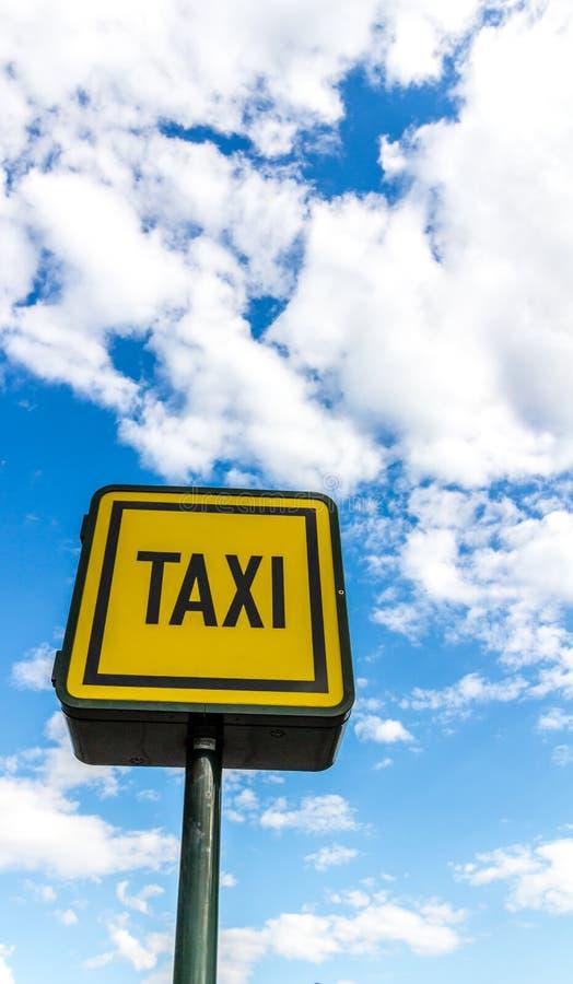 Marca amarela brilhante do estacionamento do táxi fotografia de stock