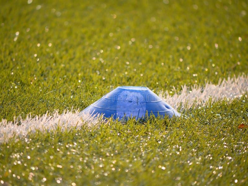 Marca colorida no playfield do futebol Linha branca marcas pintadas no fundo verde artificial do relvado fotos de stock royalty free