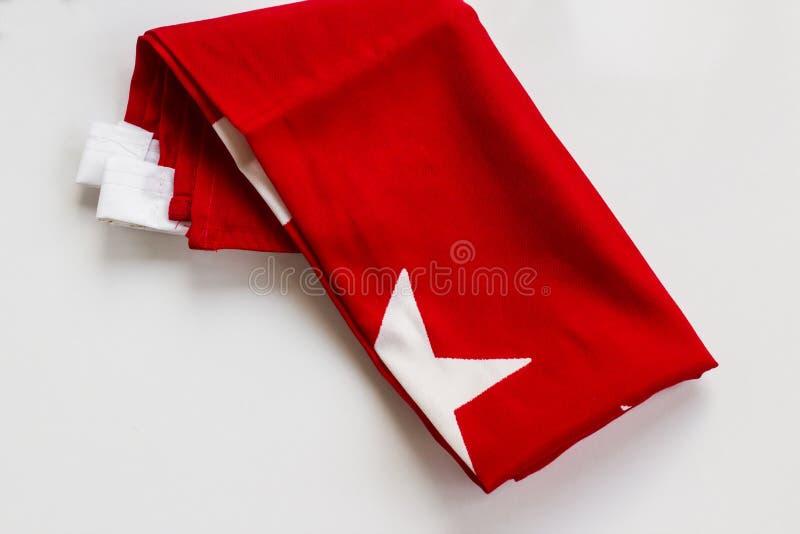 Marca Crescente e Estrela, vermelha e branca da República da Turquia, dobrada a branco fotografia de stock royalty free