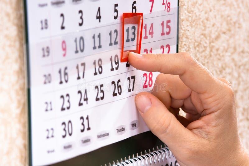 Marca décimotercero, viernes de la mano en calendario fotos de archivo libres de regalías