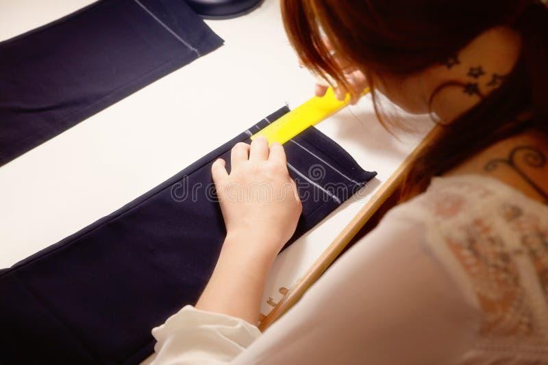 Marca de costura de la tiza en tela y la cinta métrica negras fotografía de archivo libre de regalías