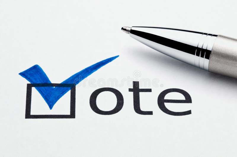 Marca de cotejo azul en el checkbox del voto, pluma en balota imágenes de archivo libres de regalías