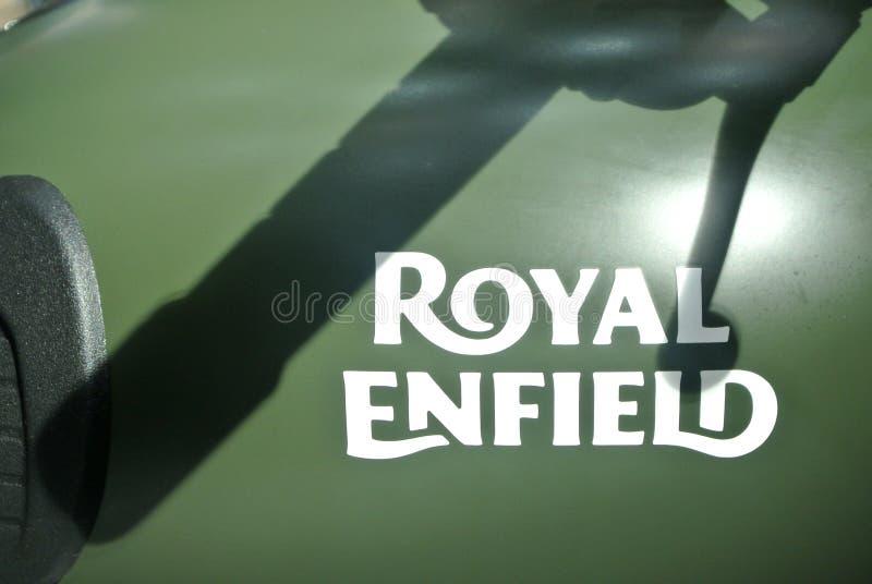 Marca de motocicleta ROYAL ENFIELD e logotipos na caixa de motociclos fotos de stock