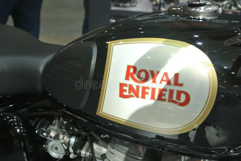 Marca de motocicleta ROYAL ENFIELD e logotipos na caixa de motociclos imagens de stock royalty free