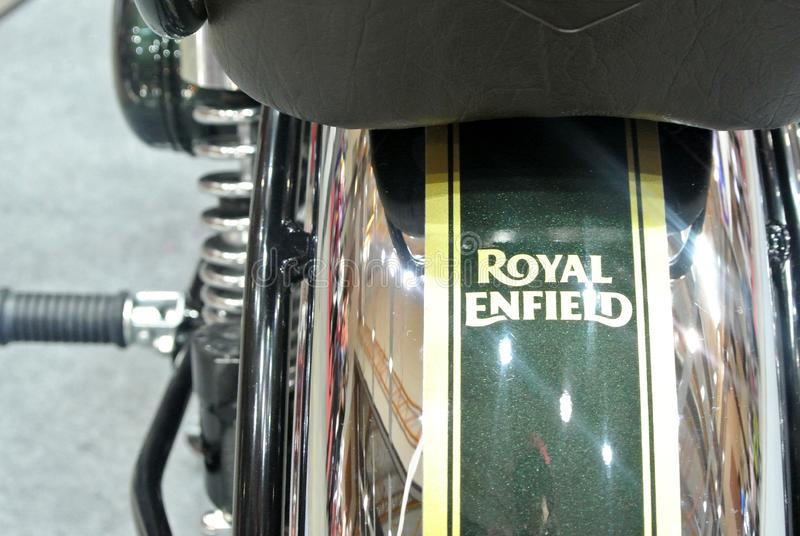 Marca de motocicleta ROYAL ENFIELD e logotipos na caixa de motociclos foto de stock