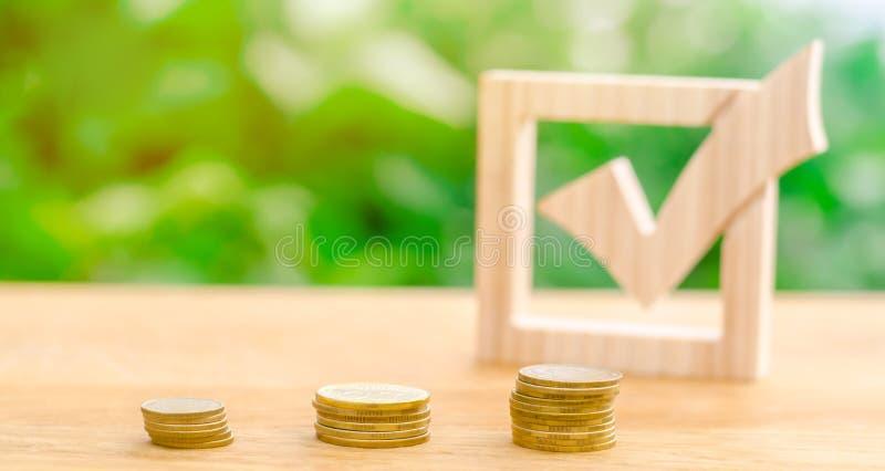 Marca de verificação e pilhas de madeira de moedas Incitando a adoção dos regulamentos e das leis Lavagem e controle ilegais de d imagem de stock
