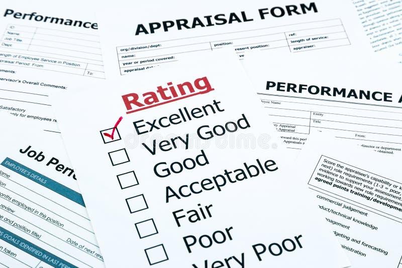 Marca de verificação excelente vermelha no formulário da avaliação foto de stock