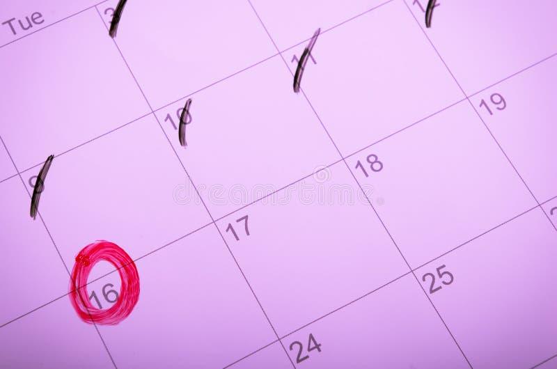Marca del calendario con un círculo rojo imagen de archivo