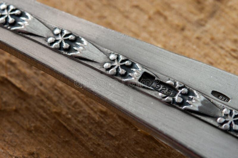 Marca 925 do ensaio em uma pratas de prata Prata de Sterling imagem de stock