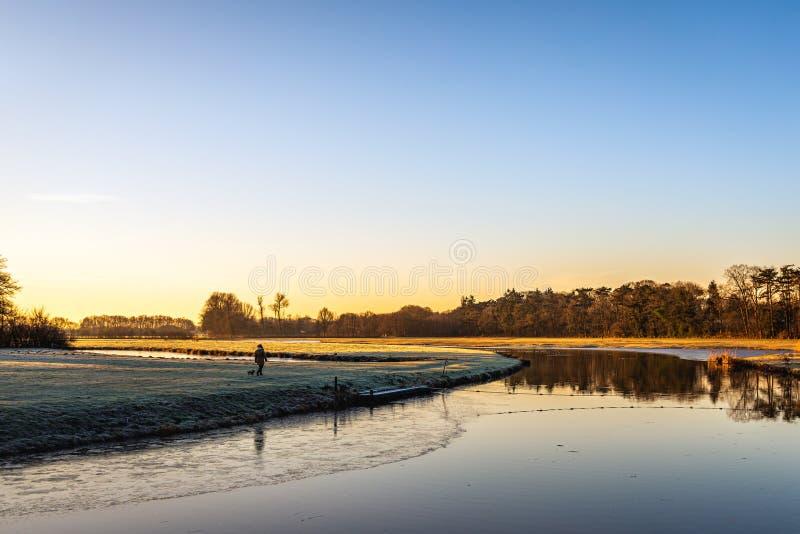 Marca holandesa del río temprano por la mañana fotografía de archivo
