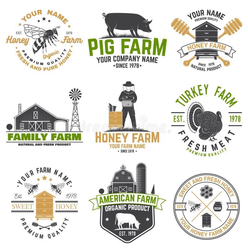 Marca o etiqueta de granja de abejas americanas. Diseño de tipografía de época con abeja, trozo de abeja, colmena, pollo, cerdo libre illustration