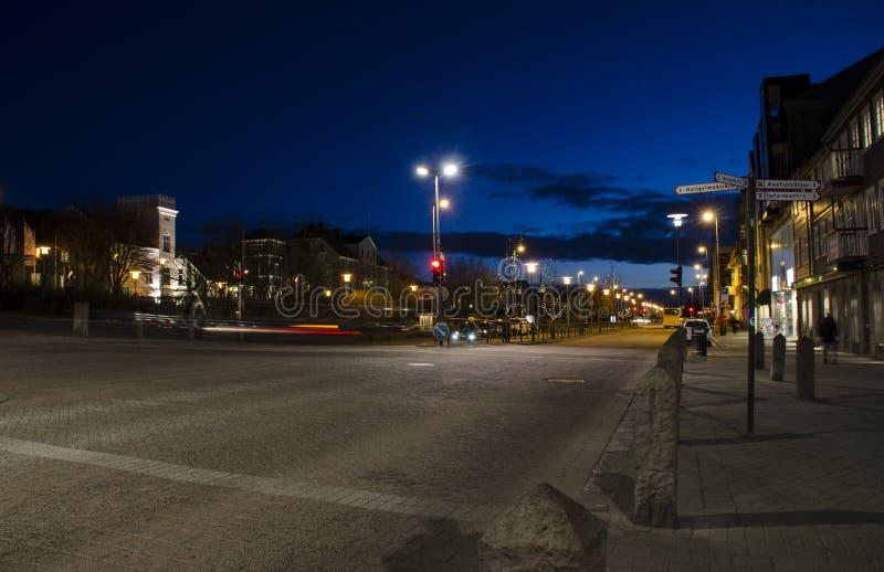19 marca 2014 r. - Reykjavik, Islandia Typowy pejzaż nocny w Rejkiawiku zdjęcia royalty free