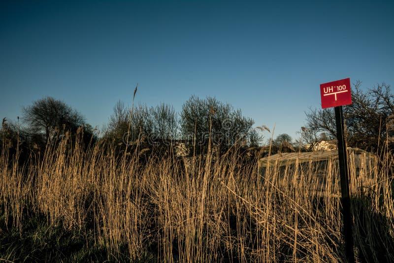 Marca roja de la encuesta sobre la tierra en el campo fotografía de archivo libre de regalías