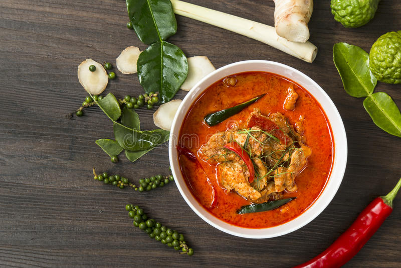Marca tailandesa do caril do alimento picante na tabela de madeira, & x28; Cozinhando Concept& x29; foto de stock royalty free